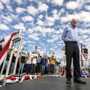 Bernie Sanders seisoo lavalla yleisön edessä vaalitilaisuudessa Kaliforniassa.