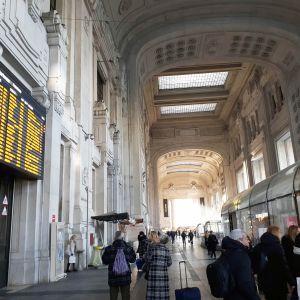 Milanon keskusrautatieasema maanantaiaamuna.