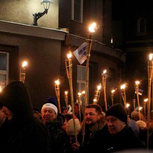 Ihmisiä EKRE.n järjestämässä itsenäisyyspäivän kulkueessa 2019.