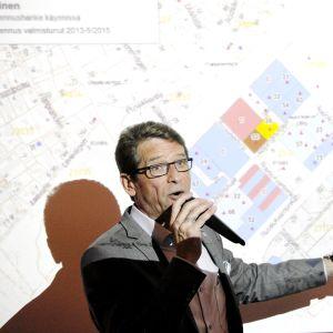 Tapani Mäkinen puhui asuntomessujen tiedotustilaisuudessa Vantaalla.