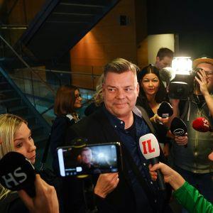 Jari Sillanpää median piirittämänä Helsingin käräjäoikeudessa 26.2.2020.