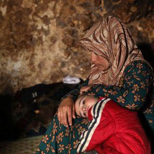 Syyrialainen pakolaisperhe asuu maanalaisessa kalliosuojassa Taltounan kylässä, 17 kilometrin päässä Idlibin kaupungista.