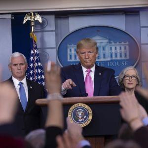 Donald Trump puhui koronaviruksesta lehdistötilaisuudessa keskiviikkona.