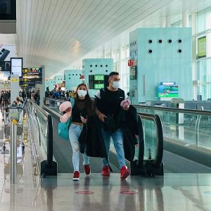 Espanjan lentokentillä hengityssuojaimien käyttö on lisääntynyt viruksen myötä. Ne ovat monista apteekeista loppu.