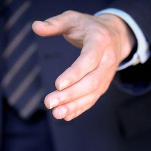 Mies kättelemässä.