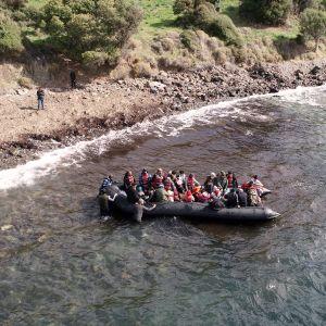 Siirtolaisia lähdössä kumiveneellä Turkista Kreikkaan.