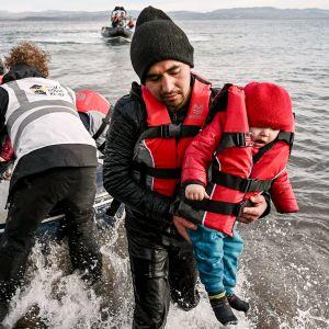 Afgaanisiirtolaiset rantautuvat Lesboksen saarelle Kreikassa.