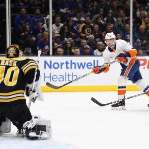 Tuukka Rask torjuu NY Islandersin Jordan Eberlen yrityksen.
