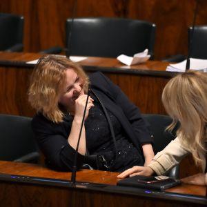 Krista Kiuru ja Maria Guzenina viihtyvät eduskunnassa.