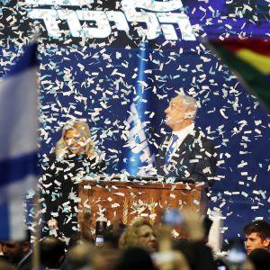 Benjamin ja Sara Netanjahu osallistuvat vaalivalvojaisiin Tel Avivissa