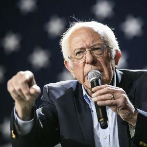Bernie Sanders puhuu mikrofoniin.