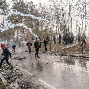 Kreikkaan pyrkiviä sirtolaisia Turkin ja Kreikan raja-alueella Edirnessä.
