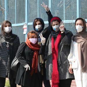 Kasvomaskeilla suojautuneita iranilaistyttöjä Teheranissa, Iranissa 5. maaliskuuta 2020.