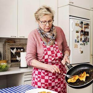 Margaretha Reinlund kokkaa.