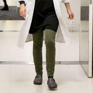 Lääkäri kävelee sairaalan käytävällä.