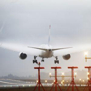 Norwegianin kone laskeutumassa Oslon Gardermoenin lentoasemalle.