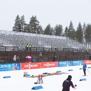 Kontiolahden ampumahiihtostadionin katsomo tyhjillään.