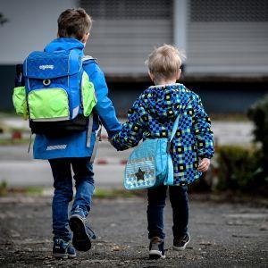 Kaksi lasta kävelemässä kouluun Schwelmissä, Saksassa.