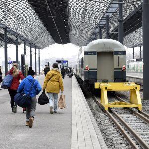 Matkustajia Helsingin Rautatieasemalla tiistaina 3. maaliskuuta