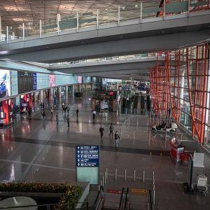 Kuva Pekingin lentokentältä. Kuvassa on vain muutamia ihmisiä.