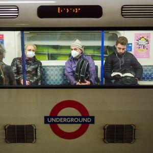 Lontoon metrossa käytettiin hengityssuojia.
