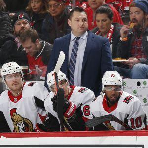 Päävalmentaja D. J. Smith Ottawa Senatorsin vaihtopenkin takana.