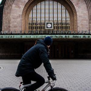 Autio katunäkymä Helsingin päärautatieaseman edustalla.