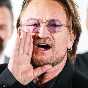 Bono poseeraa valokuvaajille Ranskassa.
