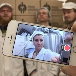 Panimo Honkavuoren työntekijät tekevät videota panimosta.
