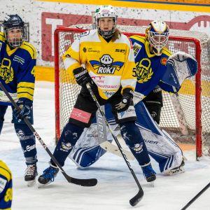 Kuvassa RoKi 5 Erika Jääskeläinen, Lukko 4 Janina Enström, 77 Johanna Niemi.