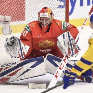 Jaroslav Askarov torjuu Venäjän maalilla nuorten MM-kisoissa 2020.