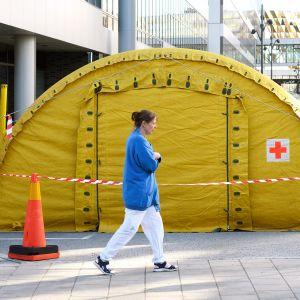 Karoliinisen sairaalan edustalle pystytetty teltta.