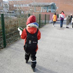 Seitsenvuotias poika matkalla Kirstin kouluun Espoon Suvelassa.