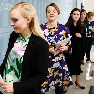 Sisäministeri Maria Ohisalo (vas), valtiovarainministeri Katri Kulmuni, pääministeri Sanna Marin, opetusministeri Li Andersson ja oikeusministeri Anna-Maja Henriksson hallituksen tiedotustilaisuudessa 20.2.2020.