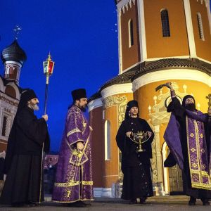 Moskovalaisessa Vysokopetrovskin luostarissa rukoiltiin eilen sunnuntaina pelastusta koronavirusta vastaan.