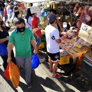 Ruuhkainen katu Manilassa tiistaina.