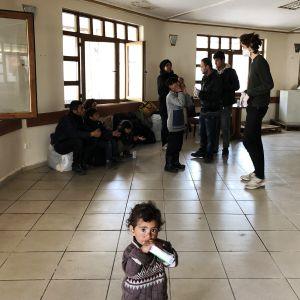 Afganistanilainen perhe turkkilaisella linja-autoasemalla.