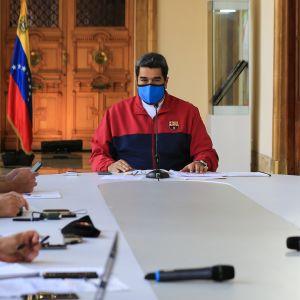 Venezuelan presidentti Nicolas Maduro maan koronatilannetta käsittelevässä istunnossa 22. maaliskuuta.