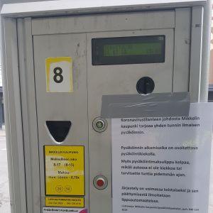Mikkelin pysäköinnin lippuautomaatti, jossa ilmoitus maksuttomasta pysäköinnistä tunnin ajan.