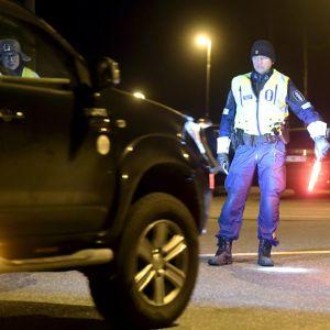 Poliisi työssään tarkistuspisteellä valtatiellä Hyvinkään Sahamäen liittymän kohdalla Uudenmaan ja Kanta-Hämeen maakuntarajalla lauantain vastaisena yönä.