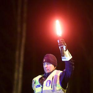 Poliisi tarkistuspisteellä valtatiellä Hyvinkään Sahamäen liittymän kohdalla Uudenmaan ja Kanta-Hämeen maakuntarajalla.