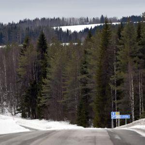 Hiljainen maantie lumisessa Kuhmossa 15. maaliskuuta 2020.