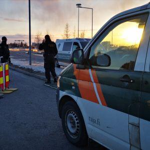 Rajavartioston miehet valvovat liikennettä Tornion ja Haaparannan rajalla.