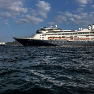 Holland America -varustamon risteilijät Rotterdam ja Zaandam Panaman rannikolla 28. maaliskuuta.