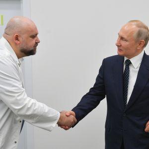 Vladimir Putin ja lääkäri kättelevät Vladimir Putinin sairaalakäynnillä Kommunarkassa.
