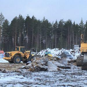 Maansiirtokoneita koulutyömaalla Liperin Ylämyllyllä.