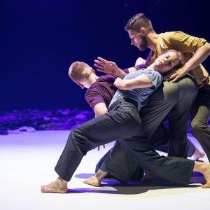 Tanssitaiteilija Iiro Näkin Frames-teos lavalla.