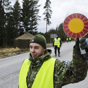 Varusmies pysäytti liikennettä Uudenmaan ja Varsinais-Suomen rajalla kantatiellä 52 Raaseporissa.