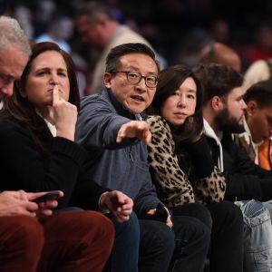 Brooklyn Netsin omistaja Joe Tsai istuu katsomossa.