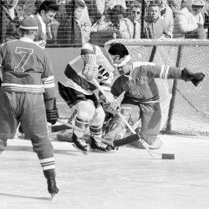 Kuvassa pelataan jääkiekkoa talviolympialaisissa vuonna 1960.